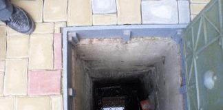 Téměř čtyři metry hluboká kanalizační šachta, do které se propadl patnáctiměsíční chlapec. | foto: HZS Pardubického kraje
