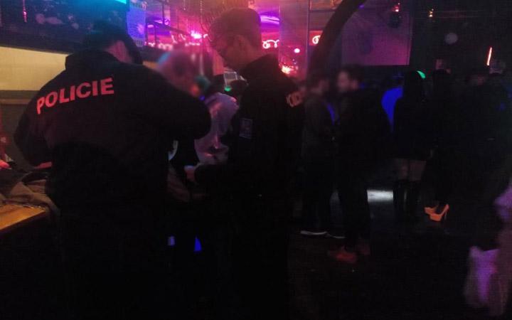 ILUSTRACE_POLICIE_KONTROLA BARU_ALKOHOL MLADISTVI